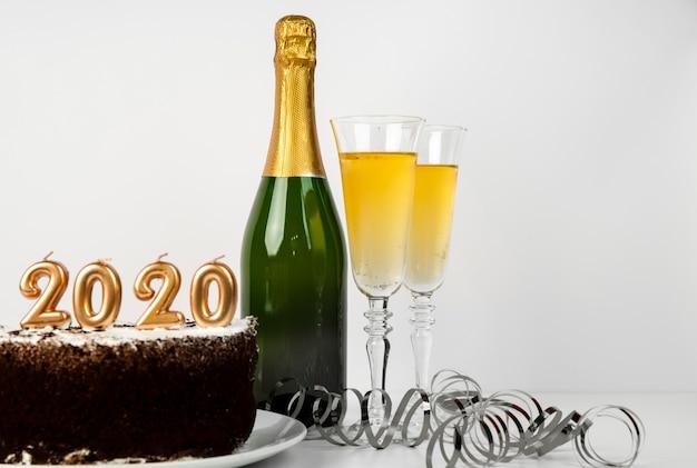 Champanhe e bolo com dígitos de ano novo em 2020