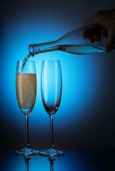 Champanhe é derramado da garrafa em copos