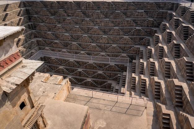 Chand baori - acelere o poço, a construção da arquitetura antiga. perto da igreja na cidade de abhaneri, jaipur, rajasthan e é um dos poços de degrau mais profundos da índia.