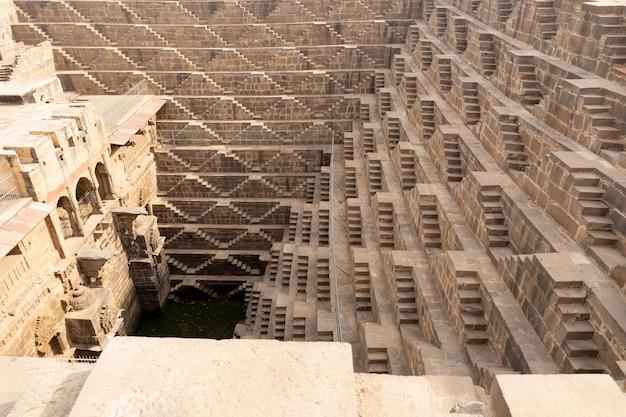 Chand baori stepwell situado na aldeia de abhaneri perto de jaipur na índia.