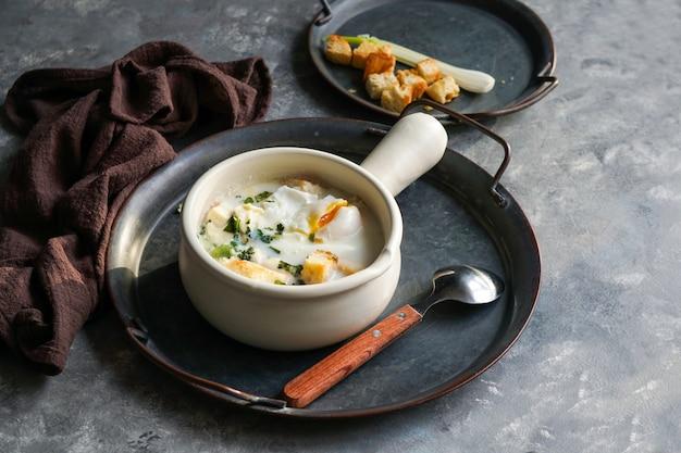 Changua - sopa colombiana de ovos e leite, sopa típica no café da manhã em bogotá