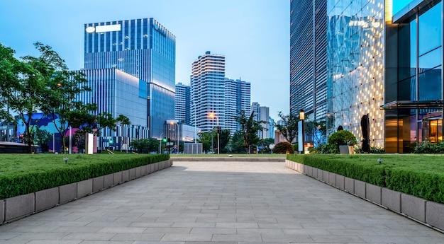 Chão de estrada e paisagem arquitetônica moderna urbana
