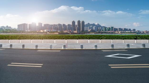 Chão de estrada e skyline de paisagem arquitetônica moderna urbana