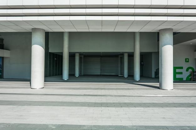 Chão de tijolo vazio com vista da cidade moderna