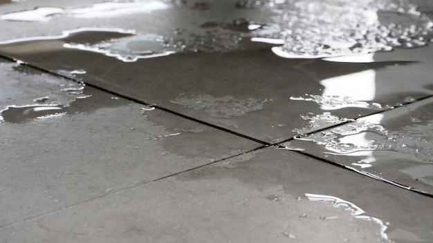 Chão molhado close-up. pode causar escorregadio pela água.