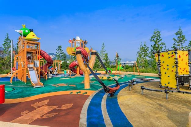 Chão vermelho complexo infantil ao ar livre colorido