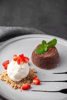 Chapa branca com bolo de chocolate com sorvete