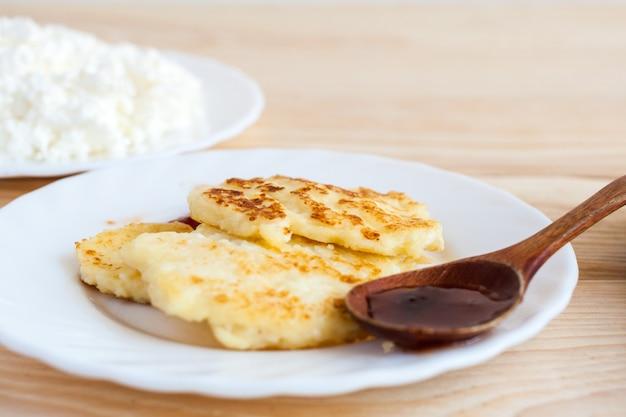 Chapa branca com cheesecakes e requeijão fresco