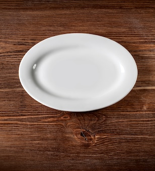Chapa branca na mesa de madeira