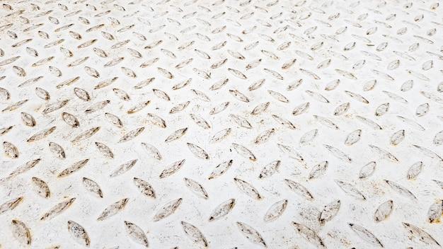 Chapa de aço branca com padrão diamante em relevo, utilizada em pisos e edifícios industriais. placa de aço vintage branca útil como pano de fundo.