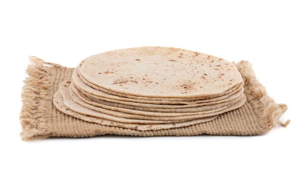 Chapati de cozinha indiana em fundo branco