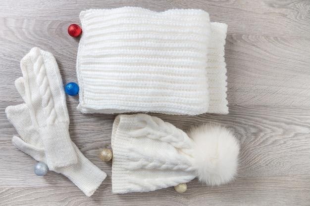 Chapéu branco, cachecol e luvas