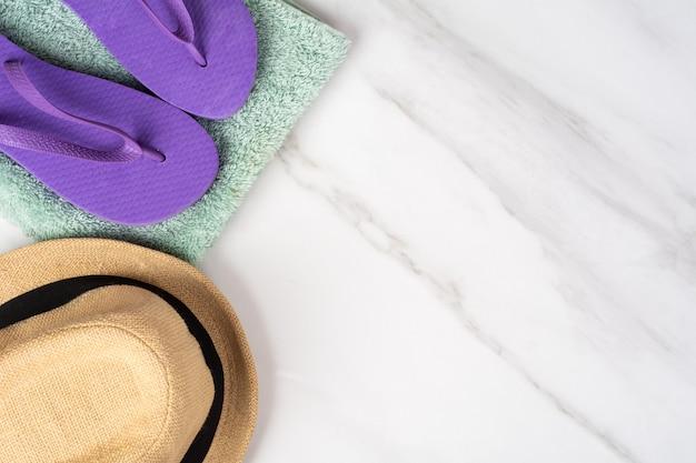 Chapéu, chinelos e uma toalha
