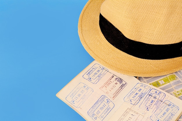 Chapéu com passaport vermelho