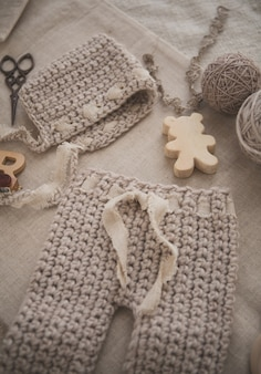 Chapéu de bebê de malha e calças
