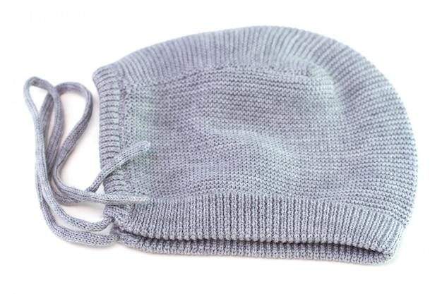 Chapéu de bebê no fundo branco