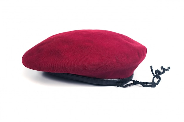 Chapéu de boina vermelha em fundo isolado.