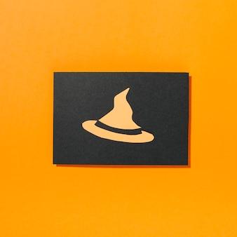Chapéu de bruxa em pedaço de papel preto