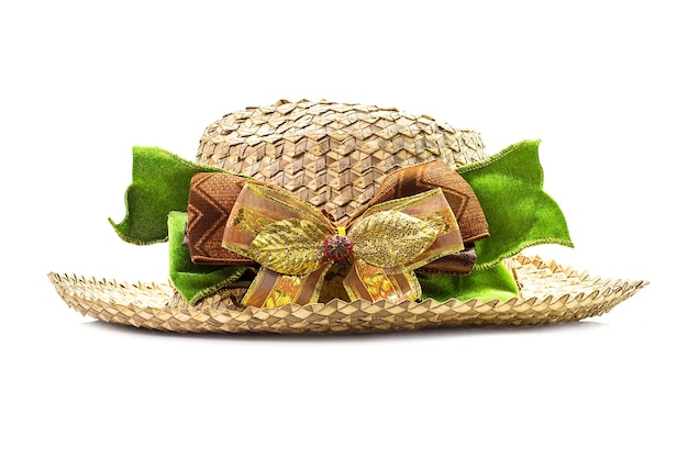 Chapéu de cestaria com laço isolado no branco