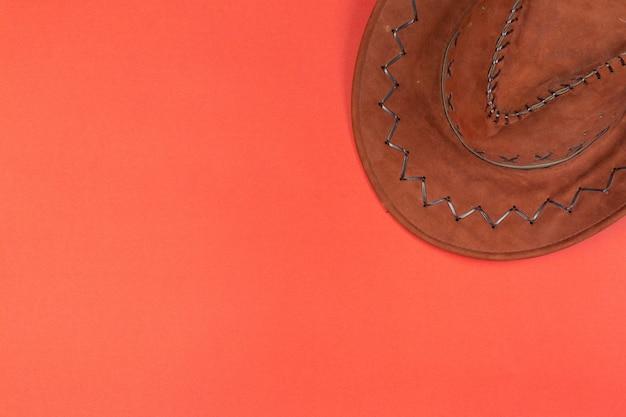 Chapéu de cowboy na vista superior vermelha