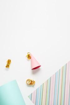 Chapéu de festa e papel com espaço de cópia