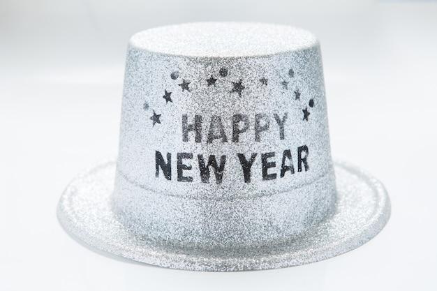 Chapéu de festa metálico prata feliz ano novo isolado no fundo branco