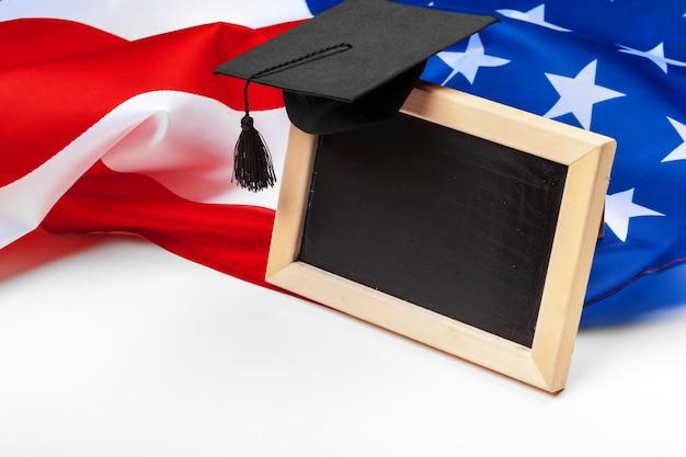 Chapéu de formatura na bandeira dos eua, conceito de educação