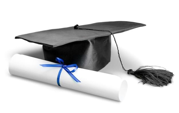 Chapéu de formatura preto com grau isolado no fundo branco.