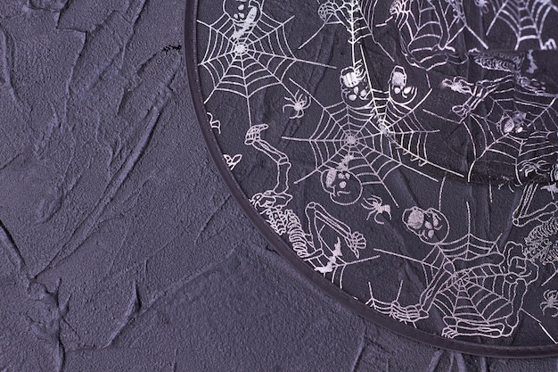 Chapéu de halloween transparente decorado com esqueleto.
