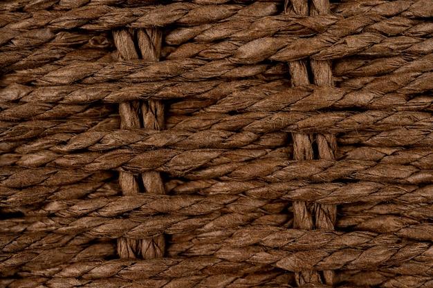 Chapéu de linho de palha de vime com fita vermelha em fundo branco isolado tecelagem de bambu