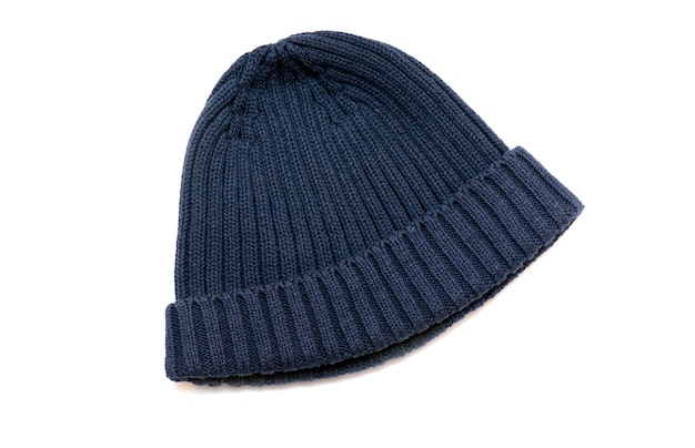 Chapéu de malha de inverno usado, chapéu azul isolado