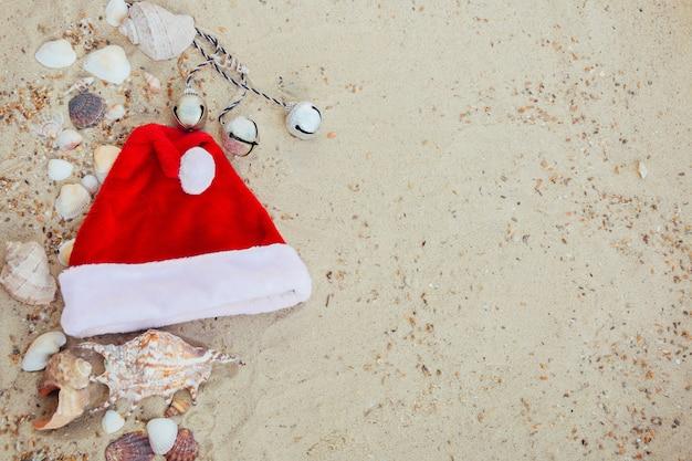 Chapéu de natal na praia.