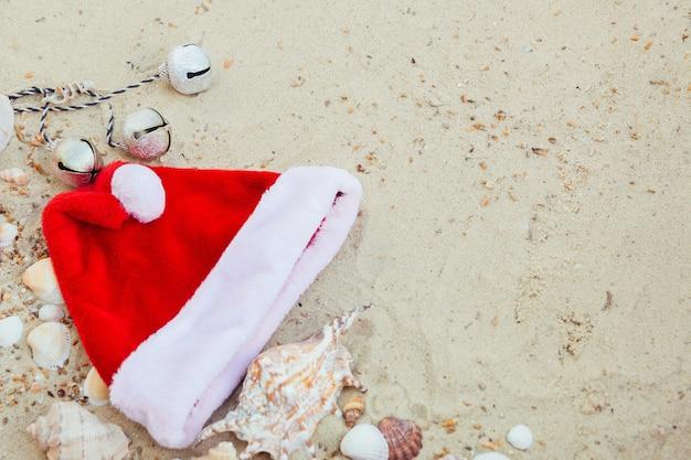 Chapéu de natal na praia