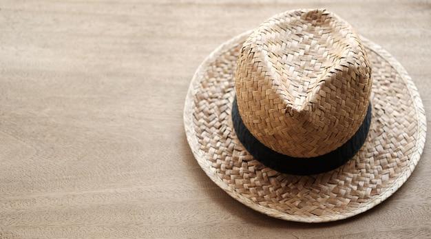 Chapéu de palha colocar no fundo de madeira e copie o espaço
