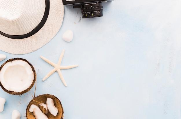Chapéu de palha com estrela do mar e cocos