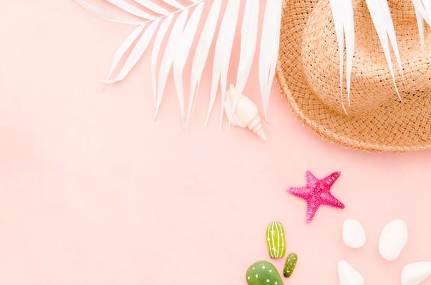Chapéu de palha com folha de palmeira e estrela do mar