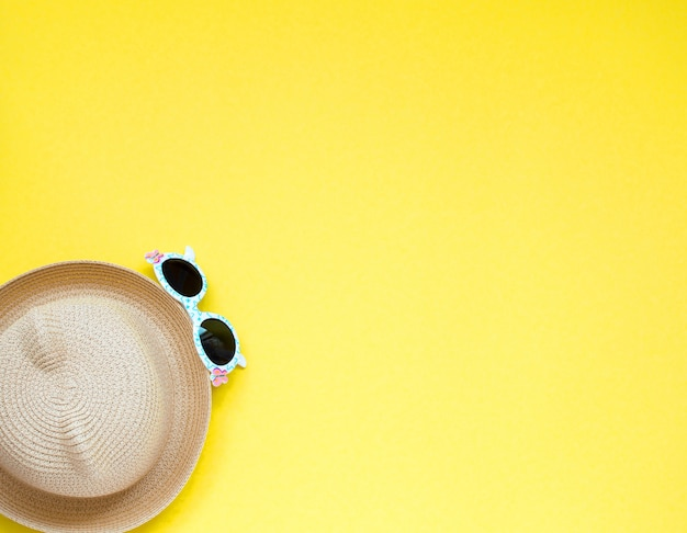 Chapéu de palha da praia infantil e gases do sol.