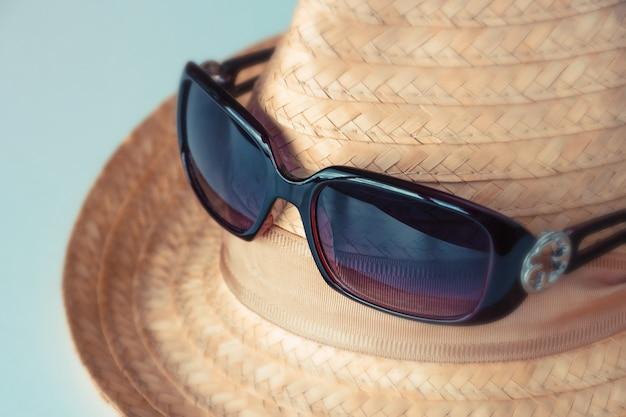 Chapéu de palha e óculos de sol