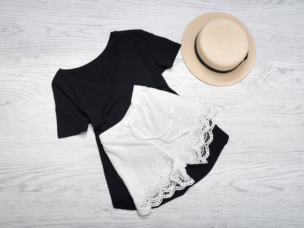 + chapéu de palha e shorts de renda branca em uma camiseta preta.