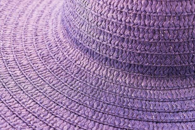 Chapéu de palha isolado no fundo branco