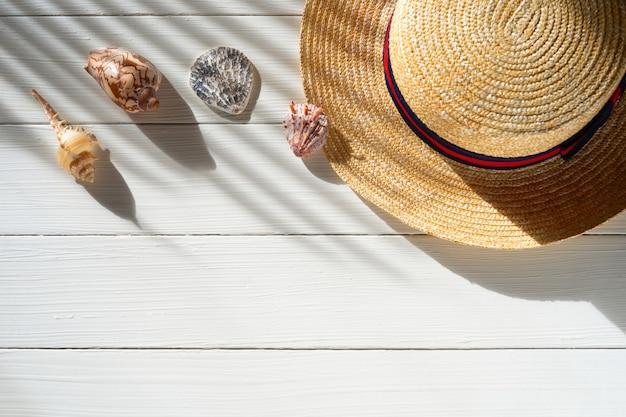 Chapéu de palha no fundo branco