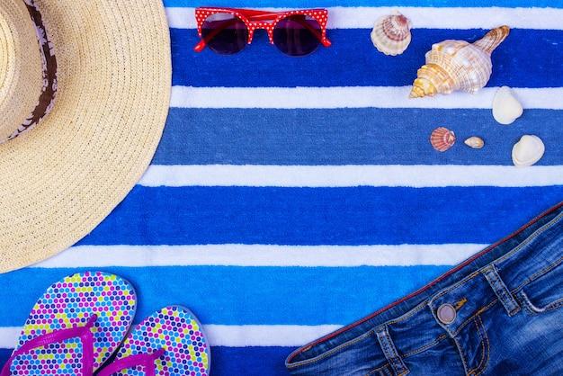 Chapéu de palha praia mulher óculos de sol vista superior calções seashell flip flops com copyspace