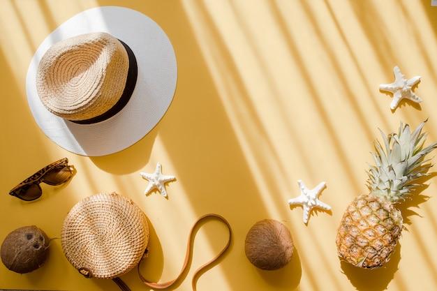 Chapéu de palha, saco de bambu, óculos de sol, coco, abacaxi