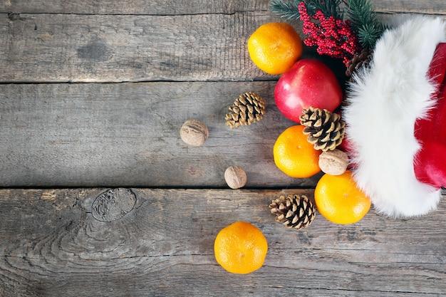 Chapéu de papai noel cheio de presentes de natal, close-up