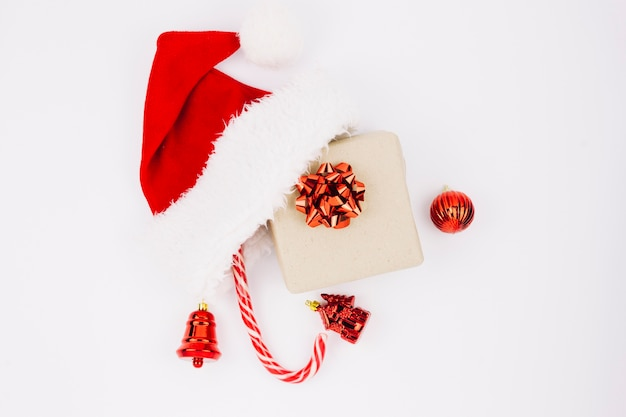 Chapéu de papai noel com caixa de presente na mesa