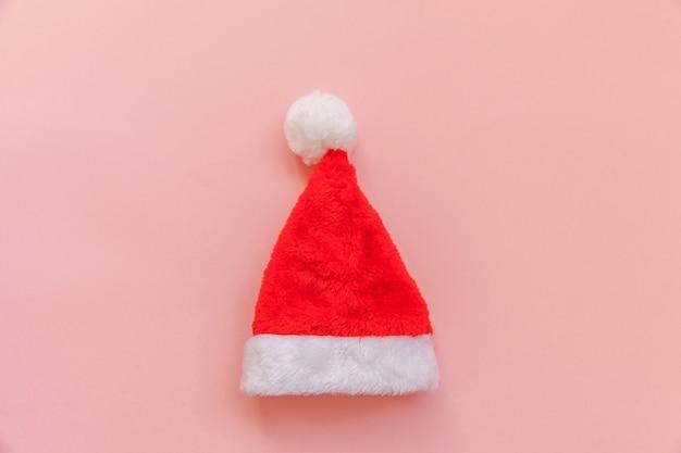 Chapéu de papai noel de natal isolado em fundo colorido pastel rosa