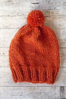 Chapéu de pompom laranja de lã