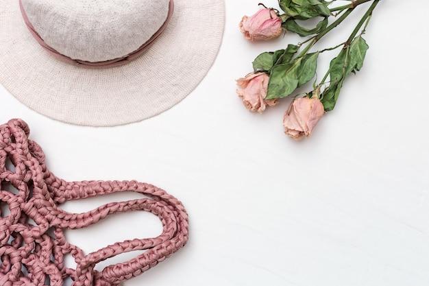Chapéu de praia da mulher com abas largas de algodão e rosa saco de malha