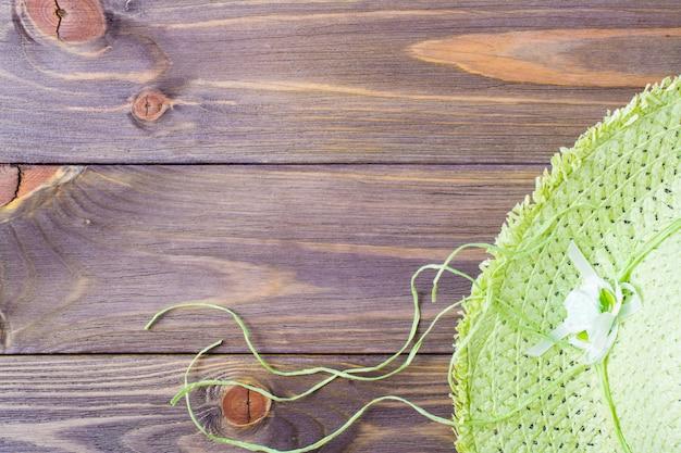 Chapéu de praia em um fundo de madeira