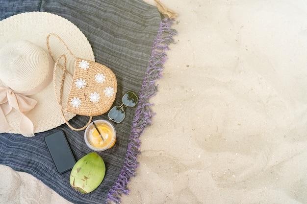 Chapéu de praia verão saco mar e óculos de sol na praia